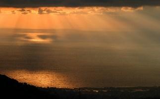 Лучи заката над Неаполитанским заливом.