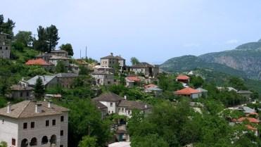 Деревня Aristi и дома из сланца.