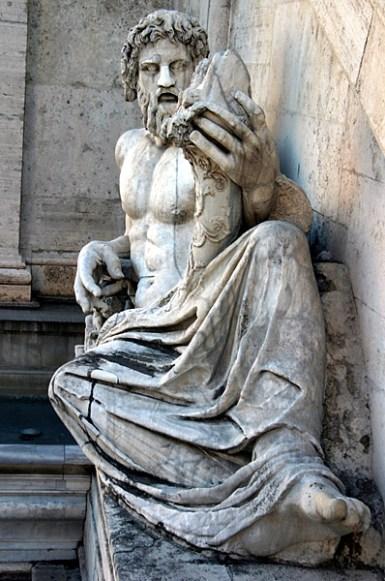 Мраморная фигура у подножия дворца Palazzo Senatorio.