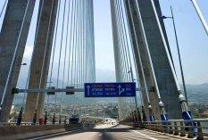 Мост Рио-Антирио соединяет городки Рио на Пелопоннесе, и Анти-рио на континентальной части.