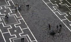 Черно-белый этюд с цветным зонтом. Площадь San Marco.