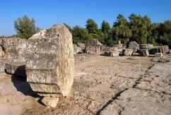 Руины Храма Зевса, где ранее помещалась статуя Зевса, одно из семи чудес древнего мира. Древняя Олимпия.