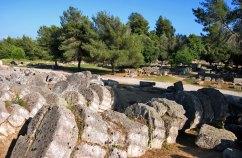 Пока еще не восстановленные колонны Храма Зевса. Древняя Олимпия.