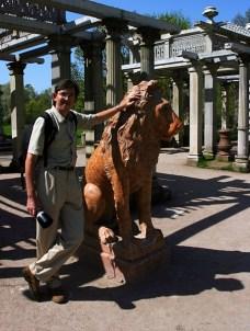 Со львом перед летней галереей. Пушкин.