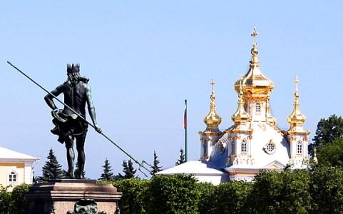 Нептун с трезубцем и флигель Большого Дворца, Верхний парк. Петродворец.