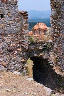 Купол византийской церкви, видимый сквозь руины Despot's Palace. Mystras.