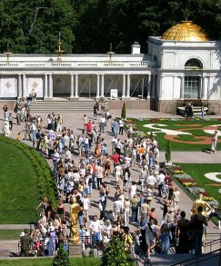 Толпы народа у Большого дворца.