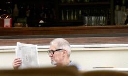 Чтение утренней прессы в кафе.