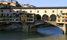 Старинный мост Vecchio через реку Arno. Флоренция.