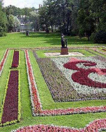 Цветник перед Гранитной террасой. Екатерининский парк. Пушкин.