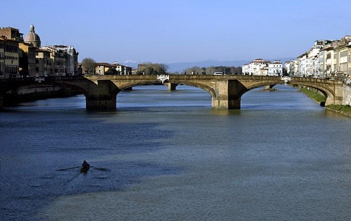 Мост Santa Trinita через реку Arno. Флоренция.