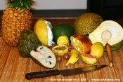 Местные гавайские дикие фрукты: ананас, памело, авокадо, плод хлебного дерева, черимойя, маракуйя (passion fruit), орехи макадамия, клубничный банан, гавайский апельсин (ugly orange), гуава.