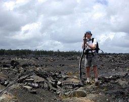Через 10 лет после извержения растительность только-только начинает пробиваться.