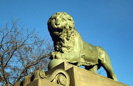 Лев на Адмиралтейской набережной.