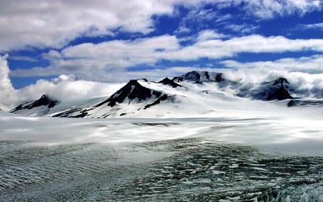 Ледовое поле Harding Ice field и нунатак.