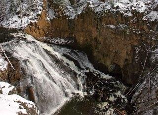 Водопад Gibbon falls в северной части парка.
