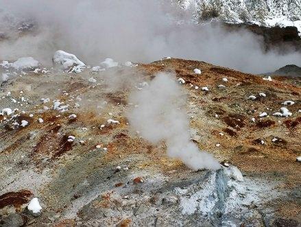 "Маленький кипящий чайник на краю гейзера ""Пароход"" (Steamboat geyser)."