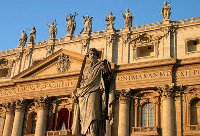 Фасад собора Св. Петра. С балкона библиотеки Папа благославляет народ на площади.