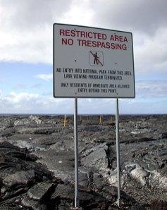 Несмотря на знак, идти дальше можно, но осторожно. Hawai'i Volcanoes National Park.