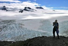 На краю утеса над ледовым полем Harding Ice field.