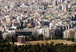 Нагромождение бесформенных построек и храм Зевса-олимпийца на переднем плане.