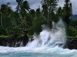 Разбушевавшийся океан у берегов полуострова Ke'anae.
