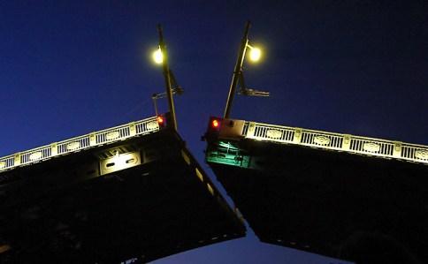 Крылья Дворцового моста. Ночное катание по Неве.