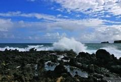 Прибой у лавового берега полуострова Ke'anae.