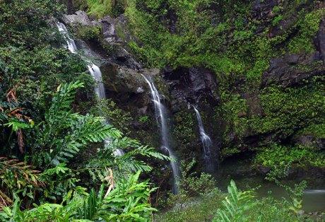 "Водопад ""Три медведя"" (Upper Waikani falls) вдоль дороги."