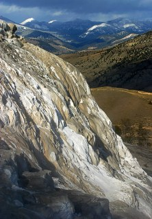 Белые, кальциевые террасы бассейна Mammoth Hot springs.