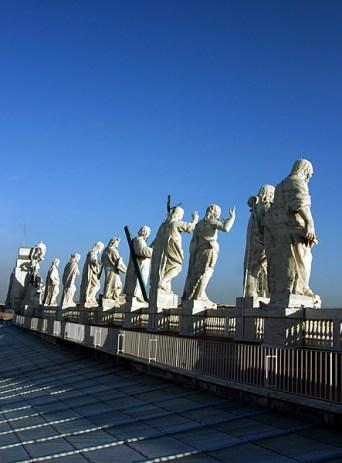 Скульптуры на вершине собора Св. Петра.