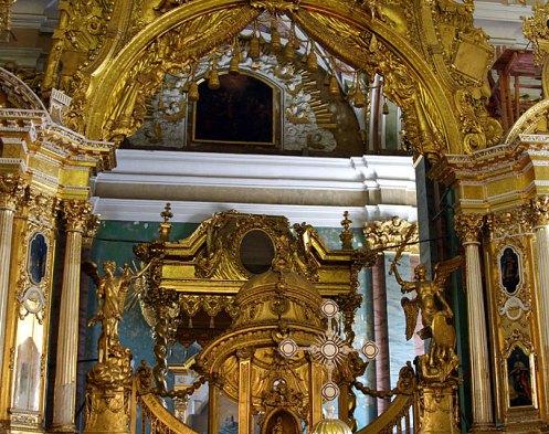 Многоярусный резной иконостас, по форме напоминающий триумфальную арку. Петропавловский собор.