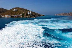 Эгейское море с водой нереального цвета.