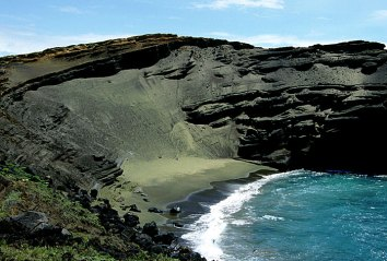 Уникальный зеленый пляж. Состоит из смеси черного и зеленого песка, образованного в результате распада полудрагоценного оливина (хризолита).