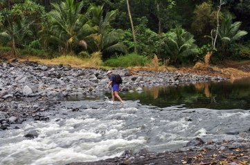 Пересекаем один из ручьев на подступах к Голубому водоему.