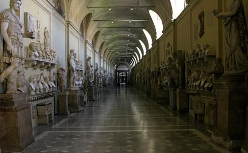 Один из первых холлов с сокровищами Ватикана.
