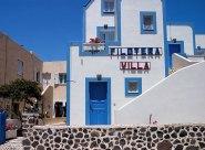 Типичная гостиница острова, в бело-синей гамме.