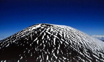 На Гавайях тоже бывает снег, только очень высоко. Mauna Kea State Park.