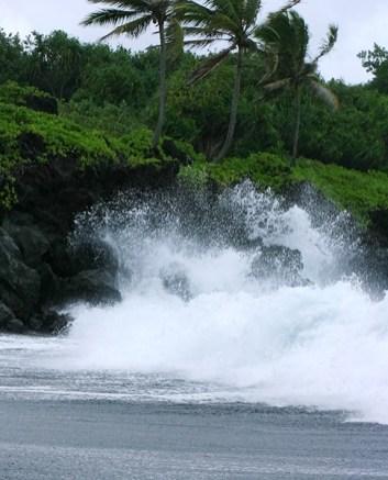 Громадная волна, накинувшаяся на пляж из черного песка в парке Wai'anapanapa.