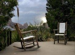 Уголок отдыха около ресторана в долине Chisos Basin.