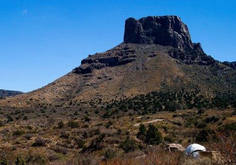 Палатка у подножия скалы Casa Grande.