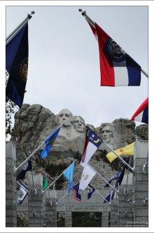 К скале с президентами ведет Аллея флагов.