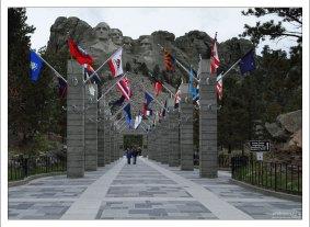 Широкая аллея окружена с обеих сторон официальными флагами американских штатов, территорий и районов, расположенных в алфавитном порядке.