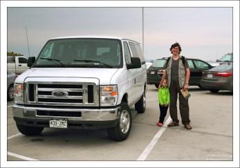 Рядом с арендованным Фордом на парковке перед горой Рашмор, Южная Дакота.