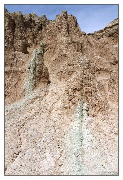 Зеленоватые минеральные натёки в песчанике.