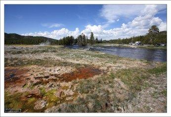 Нестабильная почва на берегах Firehole river.