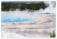 Большой Призматический источник составляет 110 метров в диаметре, при глубине 37 метров.
