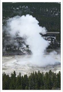 Извержение гейзера Old Faithful.