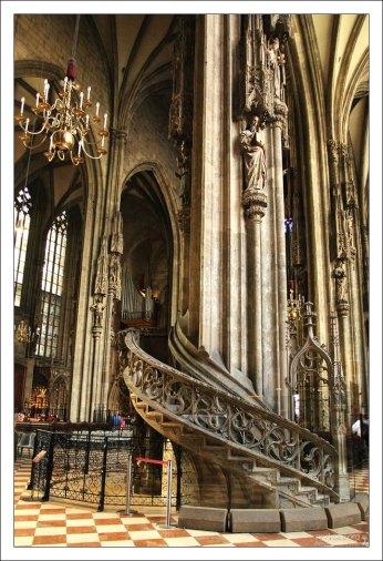 Кафедра для епископа с извитой лестницей в соборе Св. Стефана.