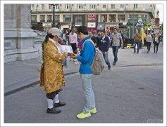 """""""Моцарт"""" окучивает туристов перед зданием Венской Оперы."""